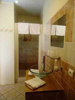 La salle de bain de la chambre la claouzo