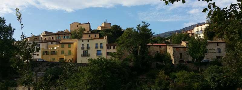 Le village de Duilhac sous Peyrepertuse vu du sentier de randonnée